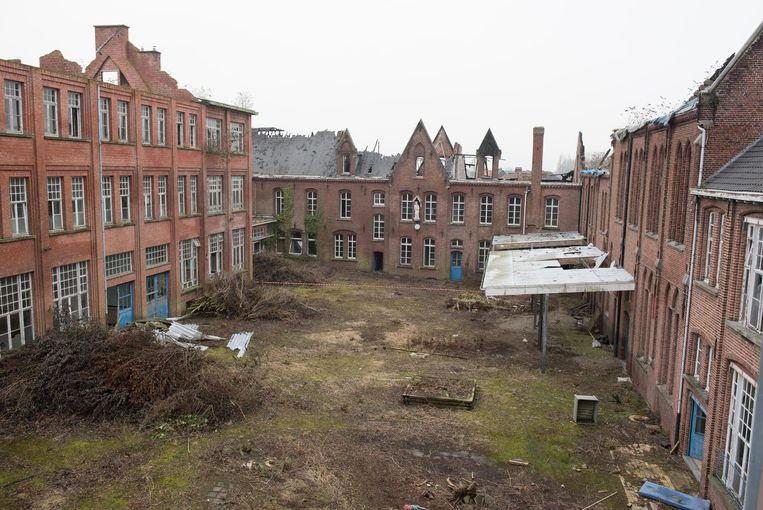 Het oude college in de Kasteelbrand staat al jaren leeg en is vernield na twee branden.