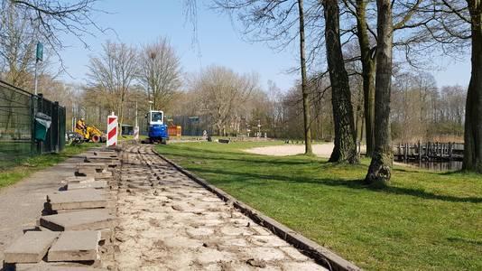 Om toekomstige ongelukken te voorkomen, is de grond onder het Piet Moeskoppad in het Nijmeegse stadsdeel Lindenholt verstevigd.