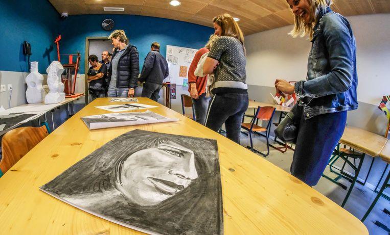 Sommige gedetineerden ontdekken wel eens dat ze creatief talent hebben tijdens de crea-tijd.