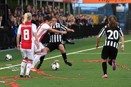 Jody Schellekens (r) in actie tegen Ajax.