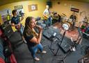 De jongerenband bij de repetitie voor Vrienden van Borculo Live, in Crossroads Studio's.