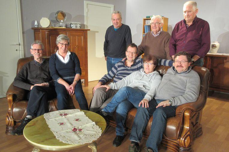 De zes spelers op de set met regisseur Erni Van Uytven en voorzitter Jan Gooris.