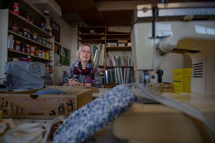 Het is rustig in het atelier van Margreet de Boer in Kampen. Door de coronacrisis komt er nu niemand voor schildersles of dagbesteding.