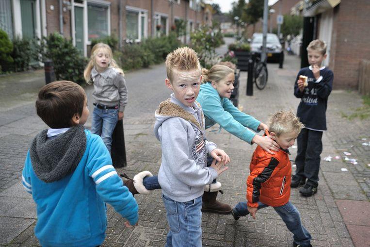 Kinderen spelen in de Utrechtse Sterrenwijk. (Joost van den Broek / de Volkskrant) Beeld