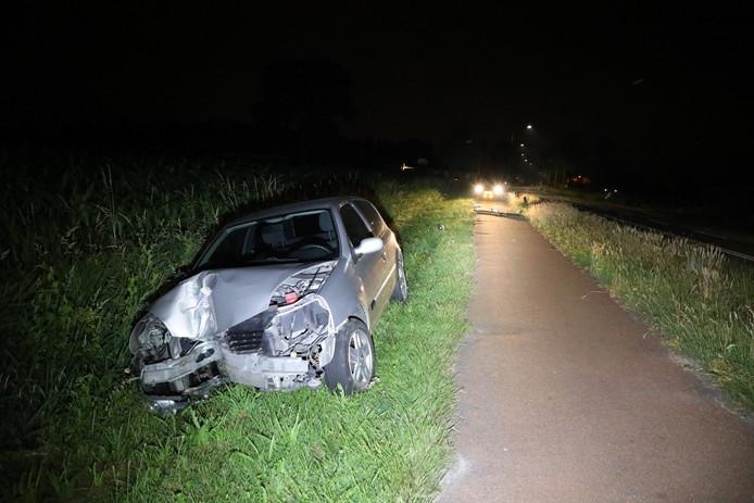 De auto nadat deze de lantaarnpaal raakte.