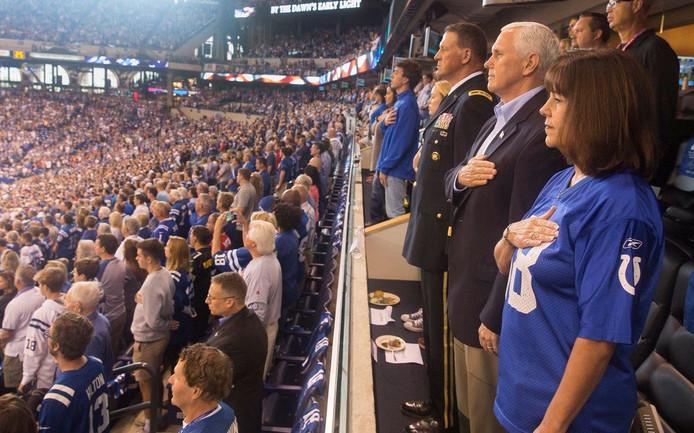 Vicepresident Mike Pence en zijn vrouw Lady Karen Pence met hun hand op de borst bij het Amerikaanse volkslied.