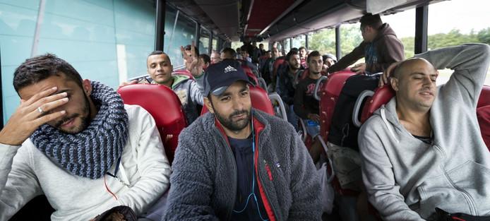 Aankomst van vluchtelingen uit Ter Apel bij het Autotron.