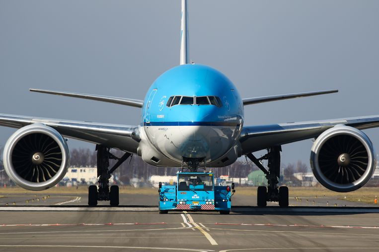 Een toestel van KLM krijgt onderhoud op Schiphol. Beeld LightRocket via Getty Images