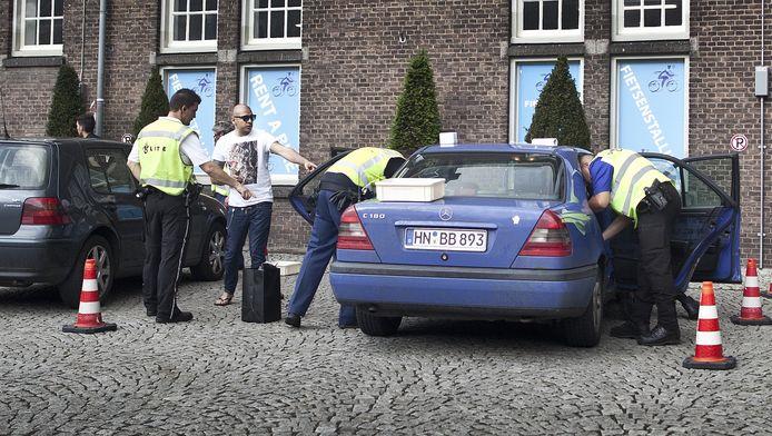 Een preventieve controle bij een station in Maastricht. Omdat buitenlanders de coffeeshops niet meer in mochten, verplaatsten de activiteiten zich naar de straat