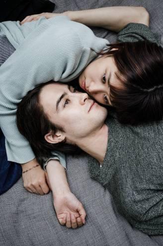 """We zijn eenzamer dan ooit, ook in onze relatie. Zo voel je je opnieuw verbonden met je partner: """"Maak van de slaapkamer een no-smartphone-zone"""""""