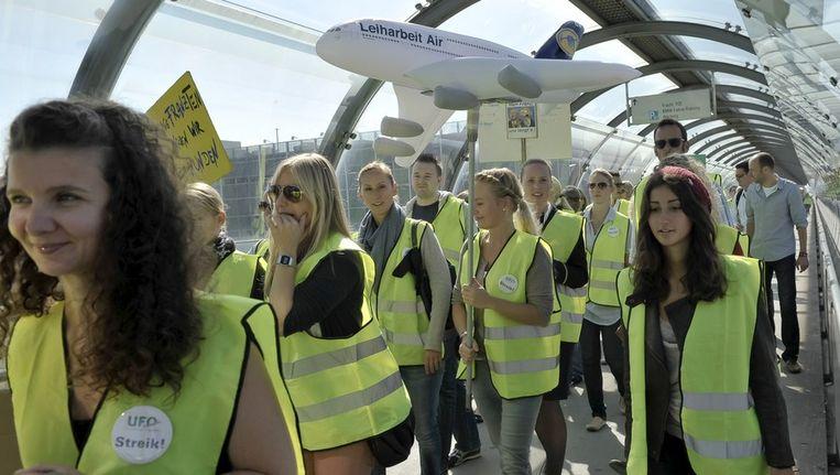 In september staakte het cabinepersoneel van Lufthansa in München. Na drie jaar zonder loonsverhoging willen ze er nu 5 procent bij. Beeld AFP