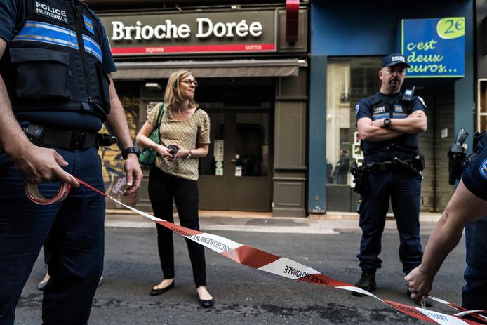 Franse agenten verwijderden vandaag de politielinten waarmee de plaats delict - voor de deur van bakkerij 'Brioche doree' in de rue Victor Hugo - was afgezet.