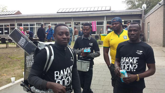 Een groepje Nigerianen schenkt buiten koffie.