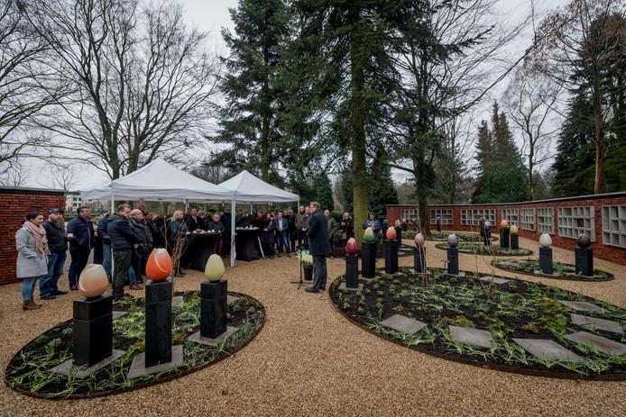 BORNE - Opening van het urnenveld op de begraafplaats. Met onder meer grote kunstzinnige tulpen. Wethouder Kotteman geeft witte rozen aan de bezoekers .