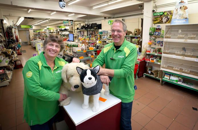 Anita en Peter Meeuwsen van dierenspeciaalzaak Discus Meeuwsen aan de Haagdijk.