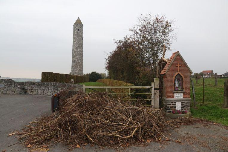 Deze hoop snoeiafval van een omgekapte boom ligt al enkele dagen bij het kapelletje en de vredestoren.