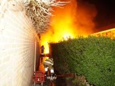 Auto en schuur in brand in Oudheusden, bewoners vluchten uit woning via raam