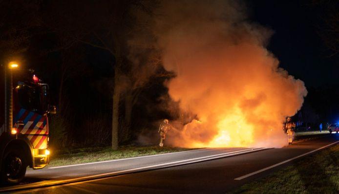 Een auto stond in de brand op de Raalterweg N756 tussen Raalte en Wijhe.