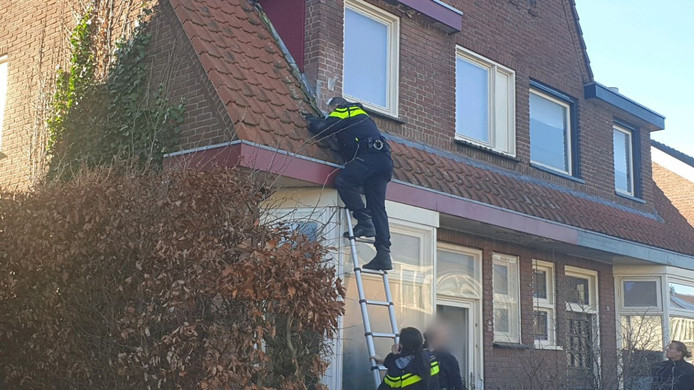 De politie plakt camera's af in de woning aan de Castorweg.