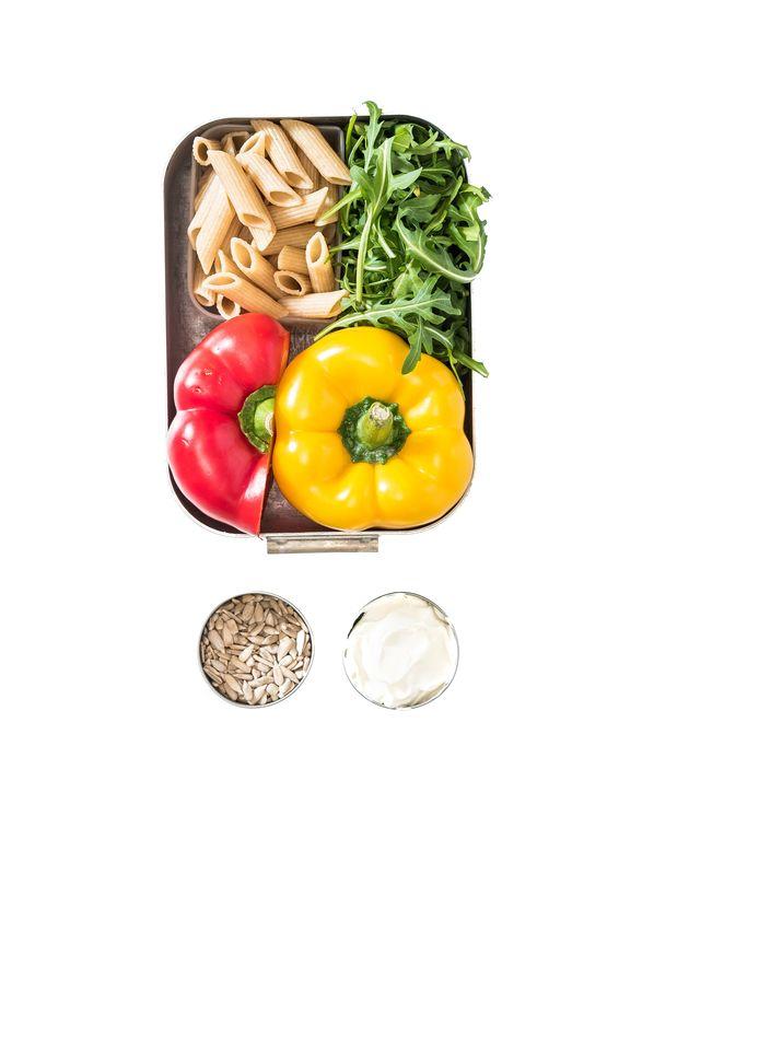 Volkorenpastasalade met paprika en crème fraîche.