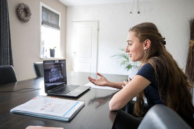 Student Otte Borghouts tijdens een werkgroep-op-afstand biomedische wetenschappen voor aankomende studenten van de universiteit van Maastricht, vanuit haar huis in Grathem. Beeld Laurens Eggen