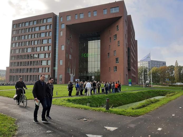 Een groepje aanstaande studenten en hun ouders laten zich informeren bij het Forumgebouw op de Wageningen Campus tijdens een eerdere open dag.