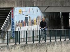 Almelose kunstenaar spuit kritiek over tunnelmozaïek