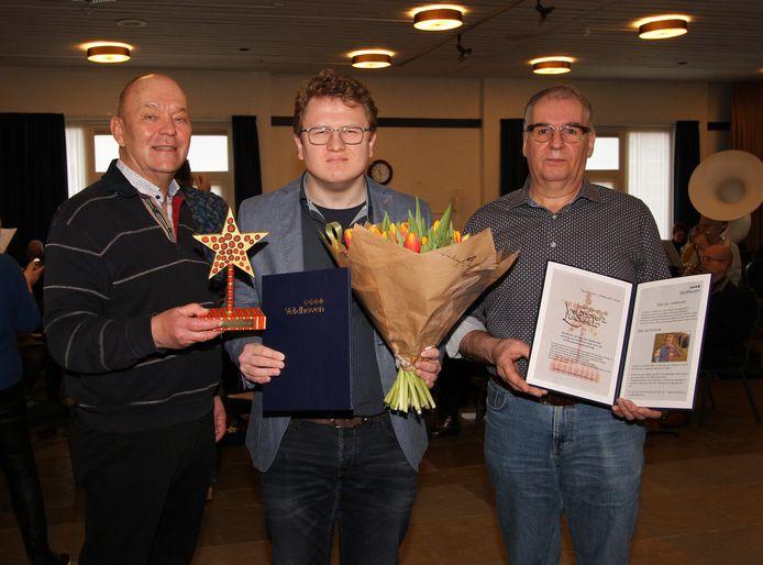 Gerard Coppens en Ad Vialle met tussen hen in de maker van de Ster: Antonie van den Berk