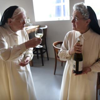 Eerste flessen nonnenwijn uit Brabant ontkurkt: 'Ik proef groene appel en mineralen'