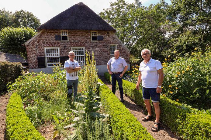 Van links naar rechts: Erik van Asten, Johan Bax en Frans van Mierlo bij één van de historische boerderijen in Strijp.