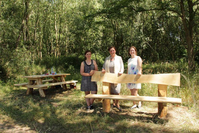 Schepen van Toerisme Inge De Ridder (N-VA), midden, bij een van de nieuwe zitbanken.