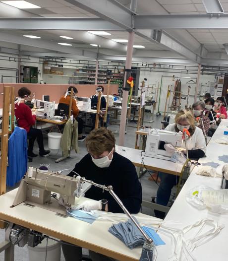 In het naaiatelier van Van Tilburg worden nu mondkapjes gemaakt