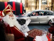 Zingend uit volle borst rijden honderden kinderen door de Sint Drive Thru in Utrecht. 'Toch hoop ik dat  het voor het laatst is'
