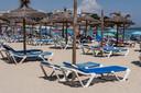 Het is eind juni  nog rustig op het strand van Magaluf, Mallorca.
