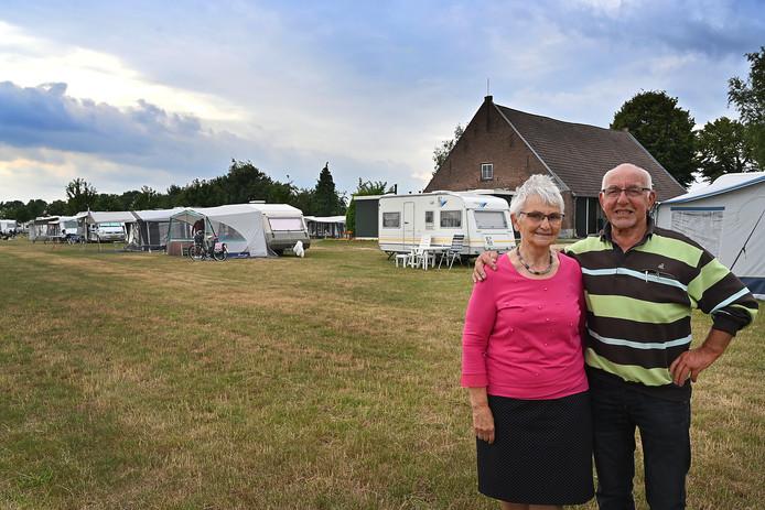 Truus en Wim Bardoel nemen na bijna veertig jaar afscheid van hun camping Op den Drul in Linden.