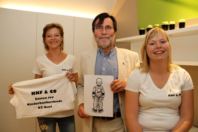 De zussen Cindy en Leen met professor Yves Benoit van Kinderkankerfonds van het UZ Gent