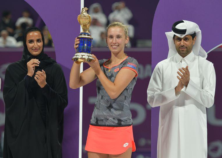 Tennisster Elise Mertens met haar trofee in Doha, tussen Sheikha Hind bint Hamad Al Thani en Nasser El-Khelaifi, de voorzitter van zowel voetbalclub PSG als de Qatarese tennisfederatie. Beeld EPA