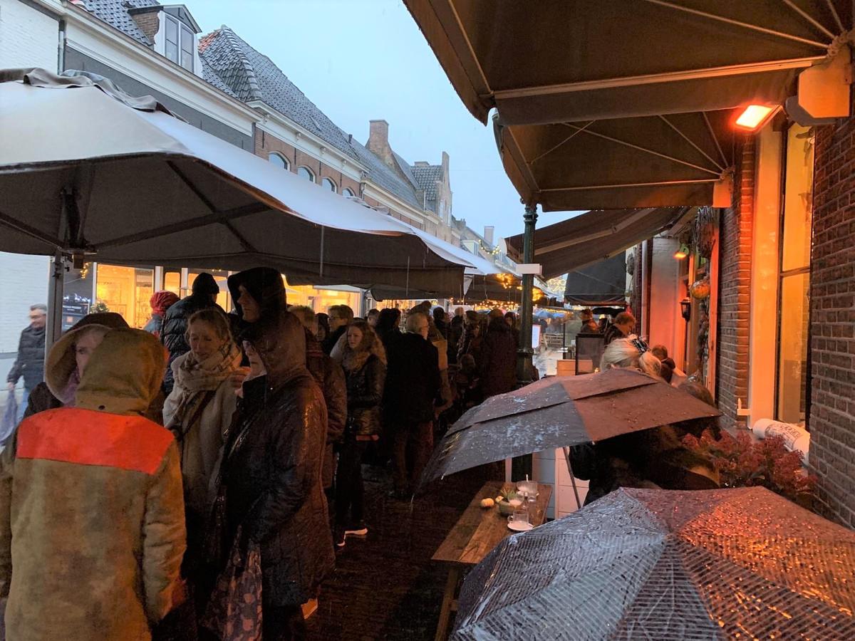 Tijdens de regen schuilden de bezoekers van Winter in de Vesting, maar lieten zich niet wegjagen.