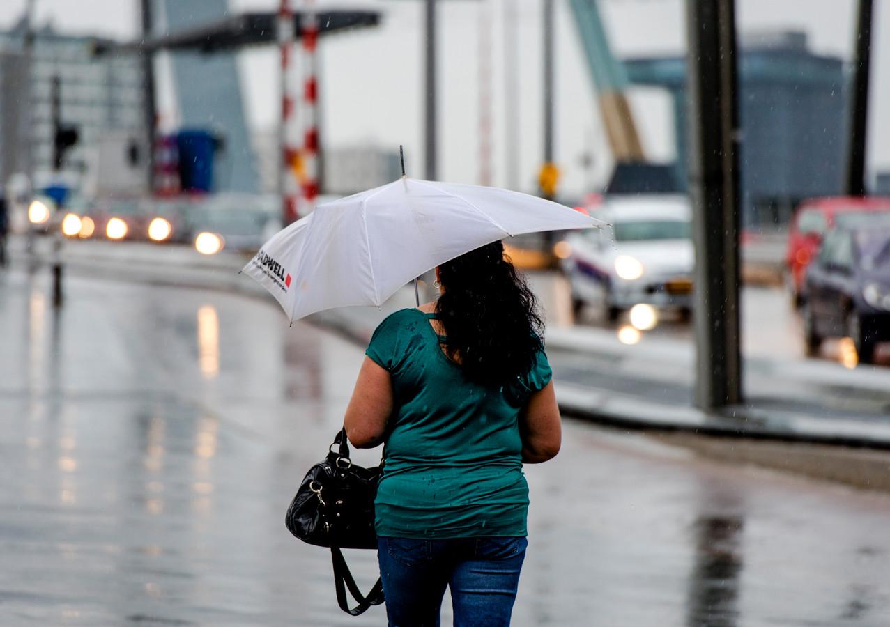 De temperatuur is op tweede pinksterdag aangenaam, maar er trekken buien over ons land.
