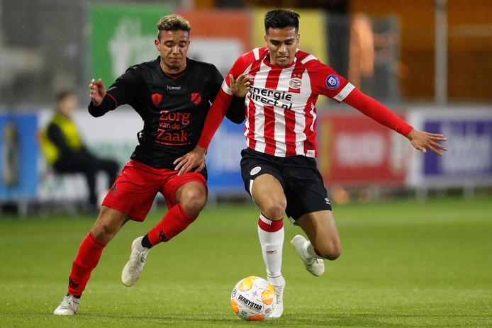 Keelan Lebon (links), hier op archiefbeeld, schoot Jong FC Utrecht vanavond nog wel op voorsprong bij Roda JC.