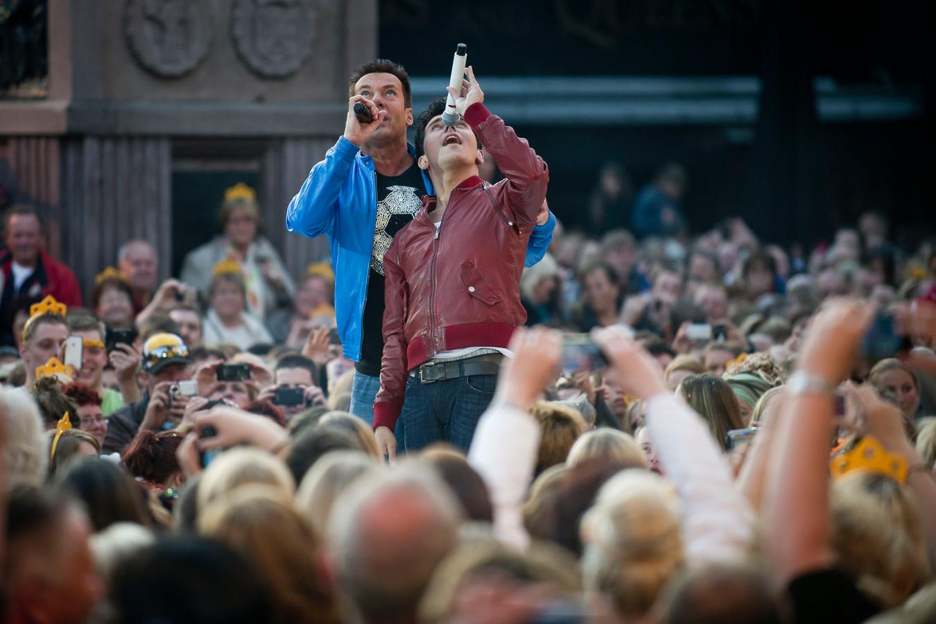 Jan Smit en Gerard Joling in actie op de Oude Markt, hier in 2012
