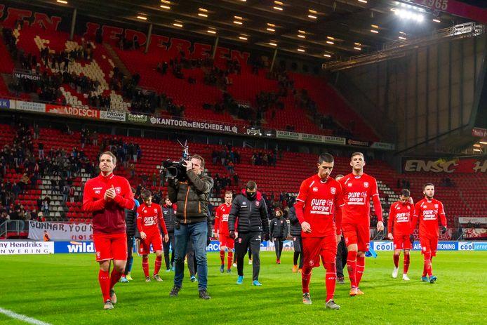 Het stadion van FC Twente is nagenoeg verlaten als de spelers nog een rondje langs het overgebleven publiek maken.