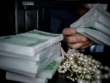 Ruim half miljoen euro en tientallen kilo's drugs gevonden in Tilburg, twee Tilburgers aangehouden