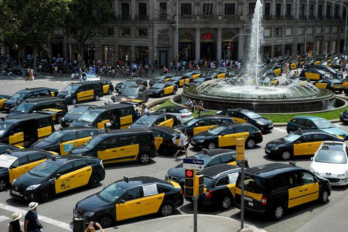 Honderden taxichauffeurs in hun karakteristieke geel-zwarte wagens blokkeren de Gran Via in Barcelona.