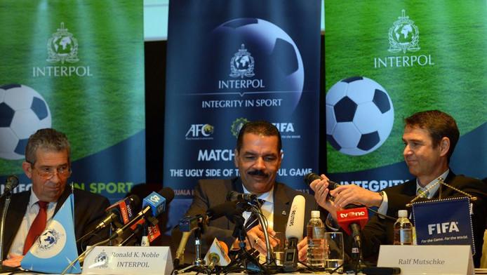FIFA-veiligheidsdirecteur Ralk Mutschke (R) en Interpols secretaris-generaal Ronald Noble (C).