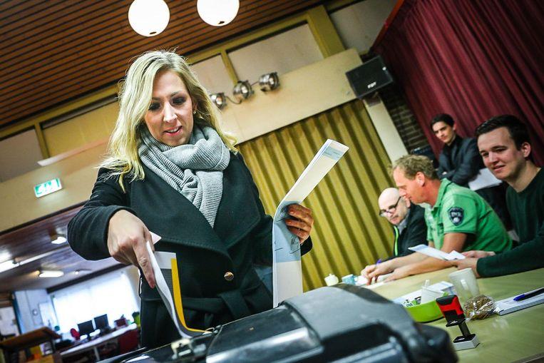 SP-leider Lilian Marijnissen bracht vanochtend haar stem uit voor de gemeenteraadsverkiezingen. Beeld null
