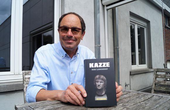 Hubert Lanckriet met zijn debuutroman 'Kazze'.