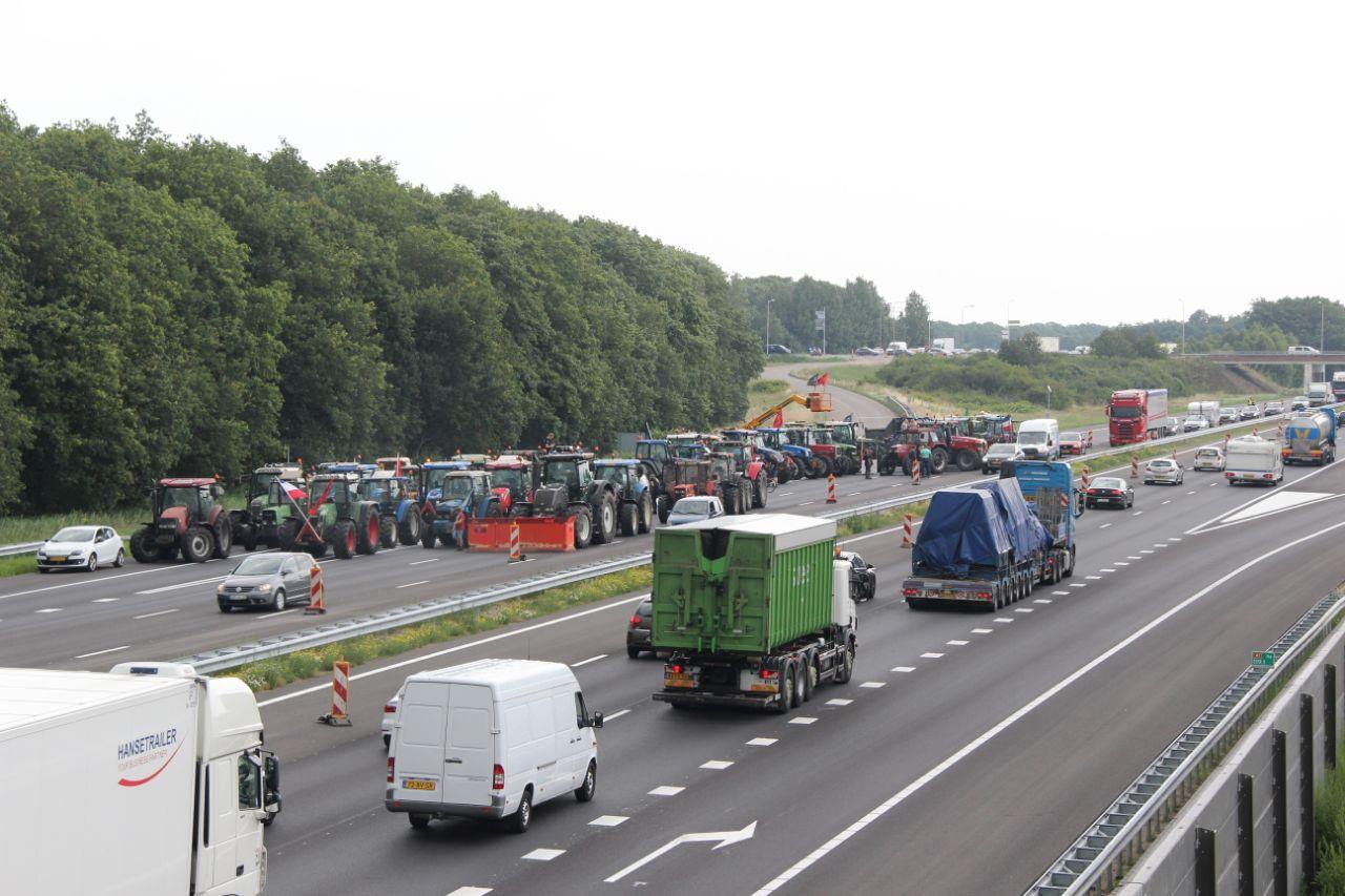 Tientallen boeren blokkeren met trekkers de snelweg A1.