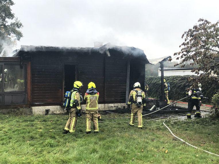 De houten chalet ging volledig in vlammen op.