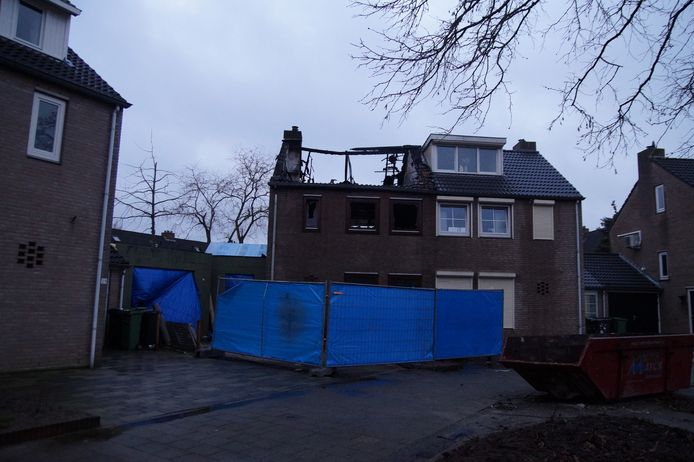 De schade aan het uitgebrande huis in Vlijmen is enorm.